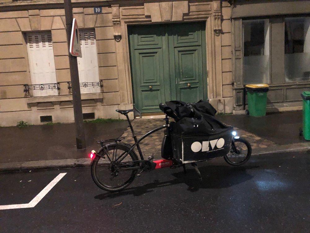 Le vélo évite la pollution visuelle et met les rues en valeur: une voiture aurait caché cette belle façade.