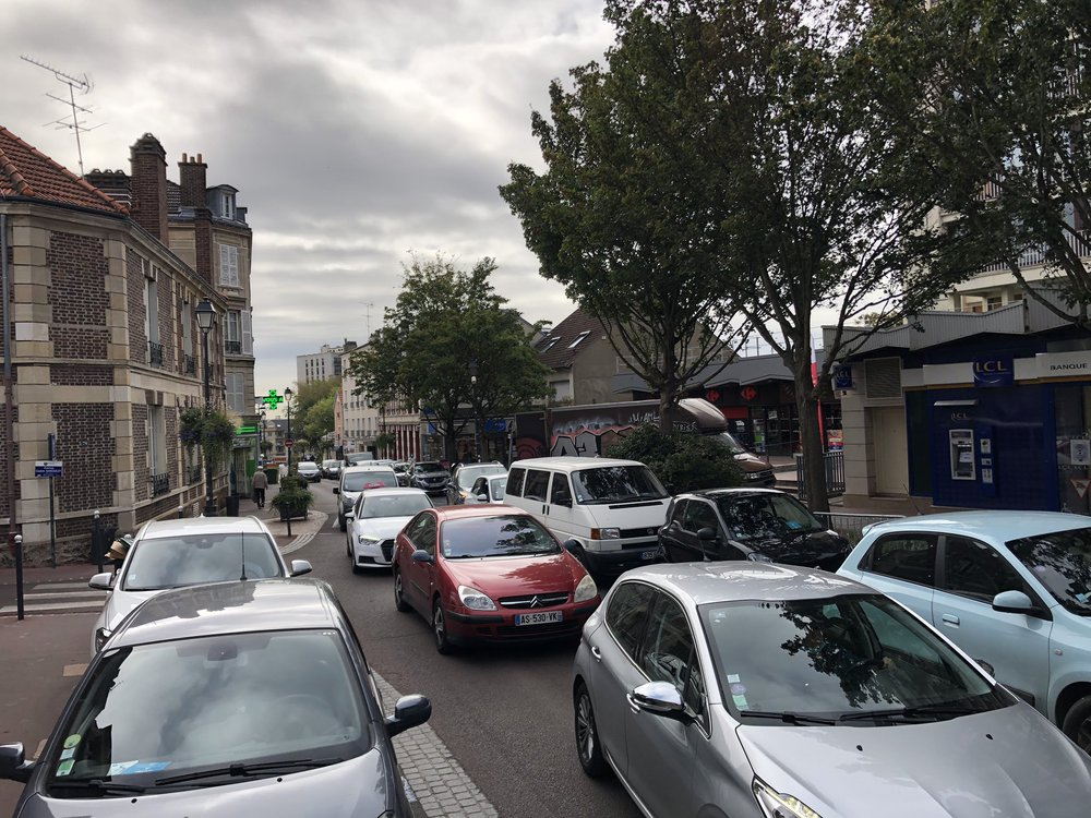 La rue Boucicaut laisse peu d'espace aux alternatives à la voiture individuelle et à la vie sociale.
